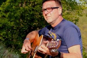 Georg Kaiser präsentiert im Musikcafé in Schmidtheim seine Lieder. Bild: Marita Rauchberger