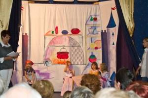 """Die Kinder der Rotkreuz-Kita Mühlheim hatten für das Fest """"Cinderella"""" einstudiert. Bild: Tameer Gunnar Eden/Eifeler Presse Agentur/epa"""