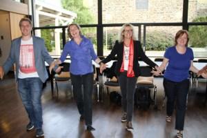 Markus Ramers (links) und Rita Witt (2.v.r) wurden direkt in das Tanzgeschehen mit einbezogen. Bild: Michael Thalken/Eifeler Presse Agentur/epa