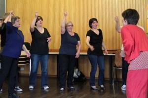 Im Gebärdenchor ist voller Körpereinsatz gefragt. Chorleiterin Anita Wagener (rechts) gibt das Tempo vor. Bild: Michael Thalken/Eifeler Presse Agentur/epa