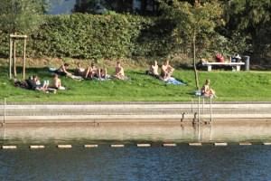 Schwimmen darf man im Rursee nur an ausgewiesenen Badestränden. Archivbild: epa