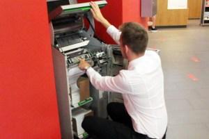 Daniel Franzen beim Papiernachfüllen am Kontoauszugsdrucker. Bild: Michael Thalken/Eifeler Presse Agentur/epa