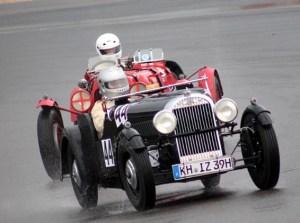Es ist immer wieder erstaunlich, mit welchem Renntempo die Oldtimer über die Granbd-Prix-Strecke brettern. Foto: Reiner Züll