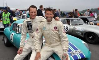 """Das erfolgreiche Fahrerduo Frank Stippler (links) und Marcus Graf von Oeyenhausen am Sonntag kurz vor dem Start der """"Gentlement Drivers GT"""". Wenige Minuten später wurde der grüne, 52 Jahre alte Jaguar E-Type bei einem Unfall in der ersten Rennrunde zerstört. Foto: Reiner Züll"""