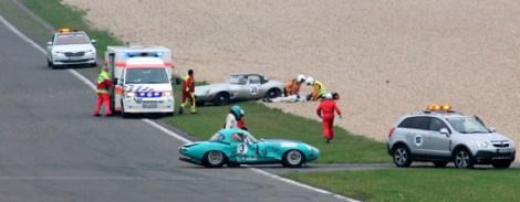 Während Marcus Graf von Oeynhausen unverletzt aus seinem grünen Jaguar (vorne) steigen konnte, musste der Fahrer der Startnummer 28 an der Unfallstelle behandelt und anschließend ins Krankenhaus gebracht werden. Foto: Reiner Züll
