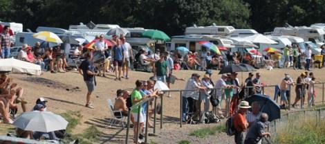 Beim vierstündigen AvD-Historic-Marathon am Freitagsabend hatten sich hunderte Fans im Brünnchen niedergelassen. Foto: Reiner Züll