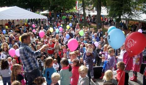 Kinderliedersänger Uwe Reetz umringt von seinen kleinen Fans. Foto: Reiner Züll