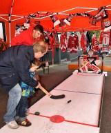 """Der Eishockey-Fanclub """"Kallbachhaie"""" war mit einem Stand vertreten. Auf einer Kunstbahn konnten Besucher einen Puck aufs Tor schießen. Foto: Reiner Züll"""