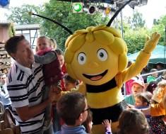Die kleine Nora Mertes aus Vussem mit Papa Michael und Biene Maja. Foto: Reiner Züll