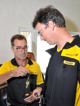 Kollege Ralf Schumacher (rechts) nimmt die Fahrzeugschlüsssel für die weitere Postverteilung entgegen. Foto: Reiner Züll