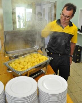 Peter Evertz war überwältigt von der Aktion der Wahlener, die in komplettes Mittagesssen für die Gratulanten zubereitet hatten. Auch die Kartoffeln waren frisch gekocht. Foto: Reiner Züll