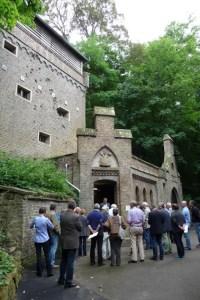 Die Bereisung im August machte unter anderem vor dem Felsenkeller in Bürvenich halt. Bild: Sabine Conrad, Kreis Euskirchen
