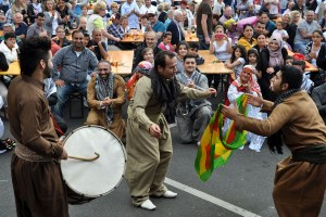 Die Hilfsgruppe Eifel gestaltet das Bühnenprogramm bei der Bauzentrale Schumacher. Mit dabei auch eine kurdische Folkloregruppe. Foto: Reiner Züll