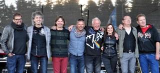 """Die Musiker von """"Flieger"""" und Hilfsgruppen-Moderator Julian Heldt (4.v.l.) bedankten sich beim Publikum. Foto: Reiner Züll"""