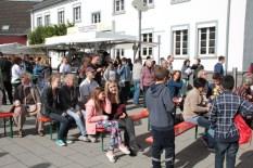 """Zahlreiche Gäste tummelten sich vor der """"ene""""-Bühne. Bild: Michael Thalken/epa"""