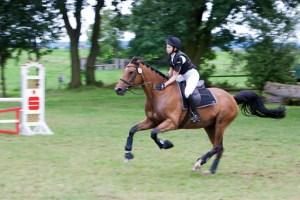 Auch im vollen Galopp noch Zeit zum Loben des Pferdes hatte Katharina Hahn. Bild: Tameer Gunnar Eden/Eifeler Presse Agentur/epa
