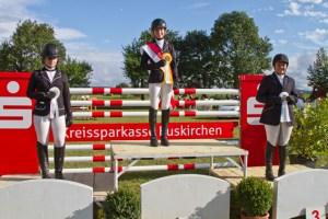 Emma Hartmann (Mitte) wurde in ihrer Klasse Vielseitigkeits-Kreismeisterin vor Julia Haiminger (l.) und Stefanie Timm (r.). Bild: Tameer Gunnar Eden/Eifeler Presse Agentur/epa