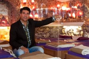 Inmitten von 40 Tonnen Salz aus der iranischen Wüste: Morteza Bayat, der sich im Herzen als Deutscher fühlt, will seine Salzgrotte nutzen, um Flüchtlingen konkrete Hilfen und etwas Entspannung zu bieten. Bild: Tameer Gunnar Eden/Eifeler Presse Agentur/epa