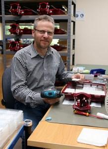 Gerd Schnorrenberg, nach wie vor leidenschaftlicher Tüftler, nimmt nach wie vor auch selbst das Werkzeug in die Hand. Foto: Dagmar Grömping