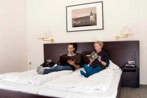 Damit die Gäste sich in der Eifel auch rundum wohlfühlen, können sich touristische Betriebe kostenlos beraten lassen. Symbollbild: Tameer Gunnar Eden/Eifeler Presse Agentur/epa