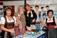 Die Mitorganisatorinnen Juliane Koch (rechts) und Sibilla Kreuser (links) mit zwei treuen Fans aus Itzehoe. Foto: Reiner Züll