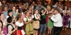 Sang sich schnell in die Frauenherzen: Entertainer Julian Heldt verwandelte das Festzelt in ein Tollhaus. Foto: Reiner Züll
