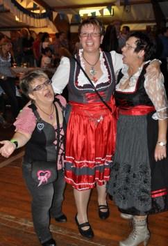 Eine ganz treue Oktoberfest-Besucherin: Gabi Schmitz aus Euskirchen (links) zählt schon jetzt die Tage bis zum achten Oktoberfest im nächsten Jahr. Foto: Reiner Züll