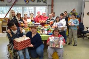 NEW-Mitarbeiter aus der Zinsheimer Werkstatt im Weihnachtsfieber: Für wohltätige Zwecke wurden viele Pakte gepackt. Bild: NEW