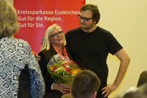 Bei Luzia Schumacher (v.l.) bedankte sich Regisseur Simon Glass besonders herzlich für die tatkräftige Unterstützung. Bild: Tameer Gunnar Eden/Eifeler Presse Agentur/epa