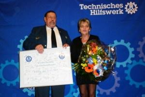 Richard Schwarzer wurde verabschiedet. Seine Frau Gaby hat ihn über 40 Jahre lang in seinem Amt unterstützt. Bild: Fabian Göderz / THW OV Schleiden