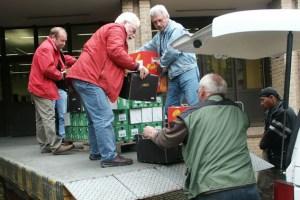 """Der Landesvorsitzende der """"Tafeln"""", Wolfgang Weilerswist (links), ruft die Bevölkerung zu großzügigen Spenden auf. Archivbild: Michael Thalken/Eifeler Presse Agentur/epa"""