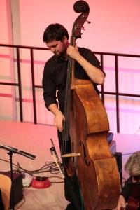 Bassist mit Soloqualitäten: Stefan Berger begeisterte mit seinem versierten Bassspiel. Bild: Michael Thalken/Eifeler Presse Agentur/epa