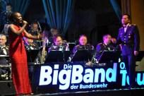 Zwei tolle Akteure der Bundeswehr Big Band: Sängerin Bwalya und Dirigent Timor Oliver Chadik. Foto: Reiner Züll