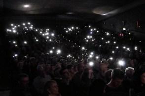 Zum Ende des Konzertes animierte der Bandleader das Publikum, ihre Handylampen aufleuchten zu lassen. Foto: Reiner Züll