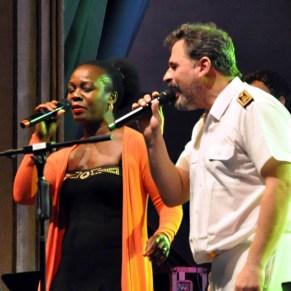 Die Sängerin Bwalya im Duett mit dem Schlagzeuger Ralph Winter. Foto: Reiner Züll