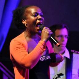 Sängerin Bwalya aus Sambia lebt seit 1990 in Deutschland und schaffte es aus bescheidenen Verhältnissen auf die Weltbühne. Foto: Reiner Züll