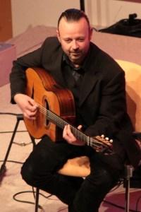 Johannes Zink glänzte als zweiter Rhythmusgitarrist und gab dem Quintett den richtigen Drive. Bild: Michael Thalken/Eifeler Presse Agentur/epa