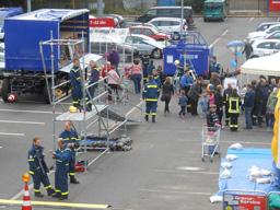 Auch Öffentlichkeitsarbeit gehört zum THW: Hier stellen die Helfer ihre Arbeit in Schleiden vor. Foto: D. Schwarzer / OB