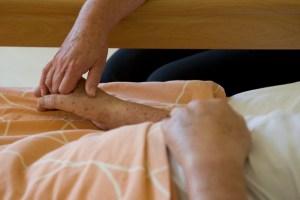 """Um auch in der Corona-Krise wichtige Kenntnisse über das Thema """"Pflegen zu Hause"""" zu vermitteln, bietet die AOK jetzt einen Online-Kursus an. Symbolbild: Tameer Gunnar Eden/Eifeler Presse Agentur/epa"""