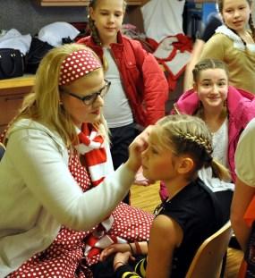 Vor den Auftritten der Kinder war Schminken angesagt. Foto: Reiner Züll