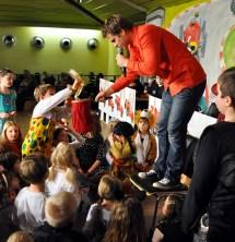 Uwe Reetz verblüffte die Kinder mit seinen Zaubertricks. . Foto: Reiner Züll