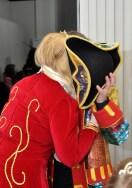 Ein Küsschen von Norbert Jeub von seinem Piratenhut verdeckt. Foto: Reiner Züll