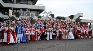 Etwa 80 närrische Majestäten stellten sich zum Gruppenfoto. Foto: Reiner Züll
