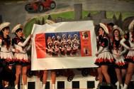 """Ein """"etwas"""" vergrößertes Foto der Garde schenkten die Kallbachmücken ihrer Trainerin Maike Wilkens. Foto: Reiner Züll"""