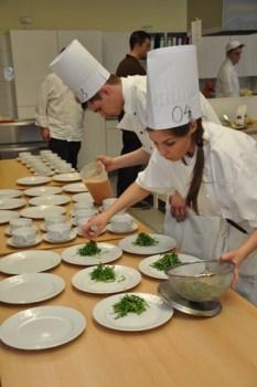 Zur Vorspeise kam Salat auf die Teller. Foto: Reiner Züll