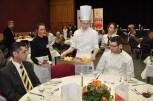 Azubis Jan Hendrick Wolfgarten präsentiert seinen Hauptgang am Tisch 6, an dem unter anderem Cdk-Vorsitzender Markus Schmitz (rechts) Platz genommen hatte. Foto: Reiner Züll