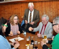 Bürgermeister Herbert Radermacher schaut am Tisch zu, an dem der Golbacher Günter Mertes (2.v.r.) mit drei Konkurrenten kämpft. Foto: Reiner Züll