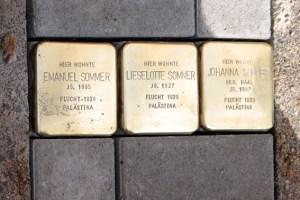 Vor dem BC in Kuchenheim wurden Gedenksteine für Emanuel, Johanna und Lieselotte Sommer verlegt. Bild: Michael Thalken/Eifeler Presse Agentur/epa
