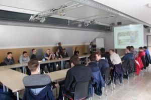 ene-Vertriebsleiterin Sylwia Laß (am Rednerpult) und Karl Josef Hahn (stehend) informierten über die Strukturen und die Netzstruktur bei der ene-Unternehmensgruppe. Bild: Sarah Groß/ene