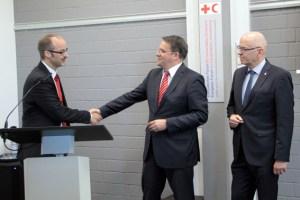 DRK-Kreisgeschäftsführer Rolf Klöcker (v.l.) bedankte sich für die finanzielle Unterstützung durch die KSK, hier vertreten durch den Vorstandsvorsitzenden Udo Becker, und die VR-Bank Nordeifel, hier vertreten durch den Vorstandsvorsitzenden Bernd Altgen. Bild: Michael Thalken/Eifeler Presse Agentur/epa
